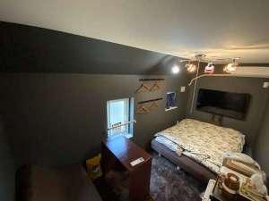 202ダブル洋室。デスクワークスペース、電子レンジ、冷蔵庫、ポット付