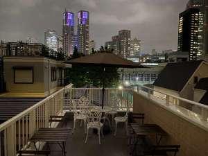 屋上からは都心の夜景を一望できます。BBQプレートのお貸し出しも行なっております。(要予約)