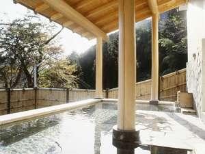 自家源泉の湯量豊富な露天風呂