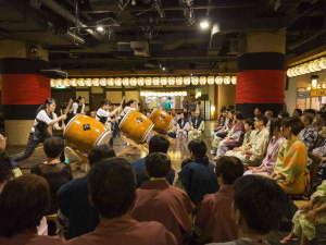 毎晩行われている当館スタッフによる太鼓演奏