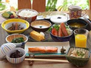 朝食は健康的で品数豊富な和食をご用意します(自家製味噌・太白のごま油・天然塩・鰹節などを使ってます)