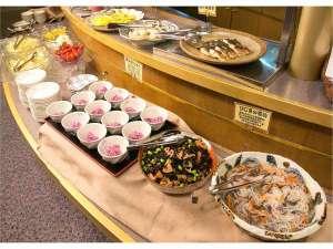 ご朝食は山形の地元料理を豊富に取り入れた和食中心のバイキングです。