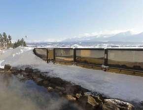 冬の大浴場露天風呂。晴れた日は雄大な十勝岳連峰を一望できます。