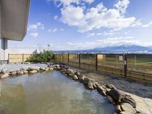 天然温泉の露天風呂からは雄大な十勝岳連峰を一望できます♪