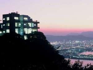 ホテル東側から見た夕暮れ時の外観