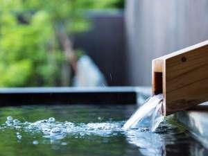 2本の異なる源泉が一つとなり湯口より注がれています。