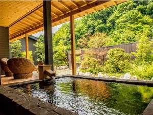 離れ特別室当館最高ランクのお部屋の露天風呂は大きな露天風呂が設置されております。