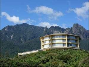 ホテルの前には悠然とそびえ立つ、世界自然遺産区域内のモッチョム岳・耳岳・割石岳の尾之間三山たち