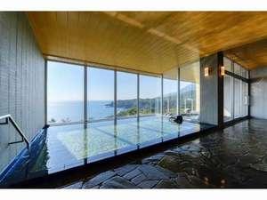 屋久島温泉大浴場の内湯です。サンセット時は雰囲気満点です。