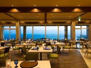 海に面した夕食・朝食会場のレストラン