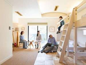 すべてのお部屋にあるバンクベッド(2段ベッド)。ご家族で広々と過ごせます。