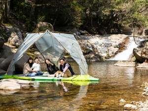 川に浮かべた水上テント。おとなもこどもも大はしゃぎ♪