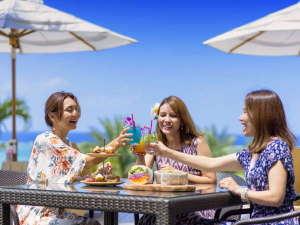 ホテル棟2Fにある「Deli & Cafe」ではプールサイドでもお食事を愉しめ リゾート気分を高めます
