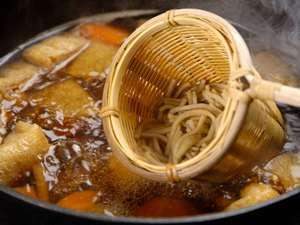 ひと口サイズで手篭に入れて、ダシのきいたお鍋でさっとゆがいていただく「とうじそば」…うーん美味しい!