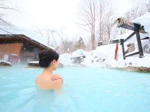 白濁湯だから女性でも安心の混浴露天で雪見風呂を満喫