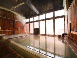 ≪内湯≫情緒あるひのき風呂で炭酸硫黄泉を満喫