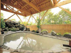 【露天風呂】開放的な雰囲気の露天風呂。独特の泉質は湯花で泥パックができるほど良質で濃厚。
