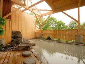 【露天風呂】硫黄の香りに温泉情緒を感じる露天風呂。湯花で泥パックができるほど良質で濃厚な泉質です。