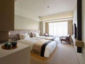 【スーペリアツイン】ベッドを2台連ねたハリウッドタイプの客室でごゆっくりお休みいただけます。