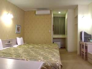 約25㎡の客室に幅1.5m超のベッドが2台、全室ネット接続可