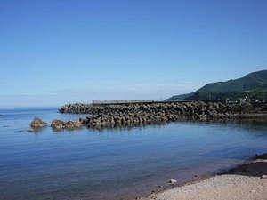 *【周辺】海まで当館から30秒!波が穏やかで、水質も抜群です。
