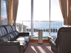 3F喫煙所。天気の良い日は青い海が一望。赤く染まる落日の日本海も素敵です。
