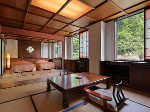 【<禁煙>リニューアル浪漫和洋室】畳敷きの和室にベッドを配置した、2間続きの和洋室です。