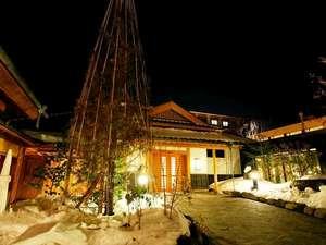 季の庭玄関冬「夜景」雪吊り