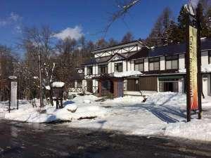 山の家 外観宝台樹スキー場までボード・スキーを履いて滑っていけます!