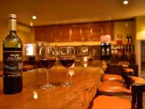ラウンジでワインを楽しむ