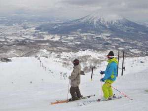 春スキーはのんびり滑られるのが魅力。半袖姿で滑られるあたたかな日も♪