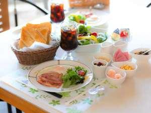 【ご朝食】厚切りトーストの洋食プレートです。フレッシュサラダはおかわり自由。自家製いちごジャムも♪