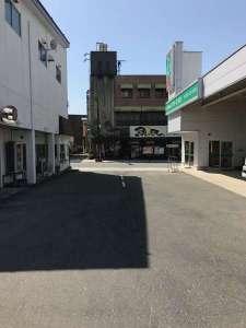 魚民さんの正面(トヨタレンタリースさんのすぐ隣)を入ると契約駐車場があります。