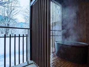 【客室イメージ】温泉露天風呂付客室での雪見露天は格別です