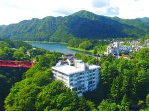 猿ヶ京温泉の奥、目の前に広がるのは美しい山々。