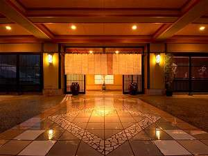 暖かな燈の灯るエントランス。皆さまのご来館をお待ちしております。