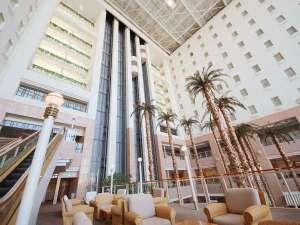 リゾート感あふれる髙さ50mのアトリウムでは、ビュッフェがお楽しみ頂けます。