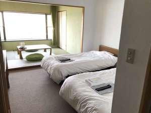 ツインベッドが配された洋室と和室からなる広々とした空間でしかっりと休ませられる