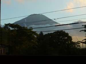 ダイニングから夏の夕暮れの富士山