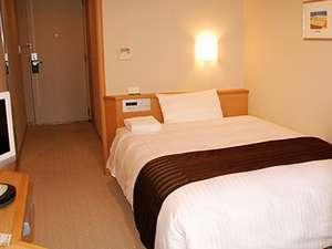 【シングルルーム】布団をシーツで丸ごと包むデュベスタイル。衛生的で清潔感のあるベッドです。