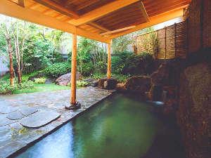 【別棟1・2F 大浴場露天風呂】緑に囲まれた露天風呂は、ゆっくり長風呂を楽しみたい方へおすすめ。