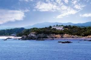 小高い岬に佇む清楚な館。