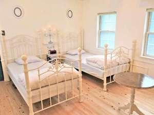 【Sタイプ S-3】ホワイトアイアンのかわいいベッドをご用意しています。
