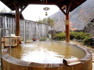【露天風呂】山間の風情と雄大な緑が季節の表情を感じさせます