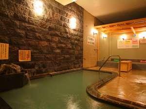 【浪漫湯】美肌の湯、貴宝石風呂と、奥は貴宝石岩盤浴