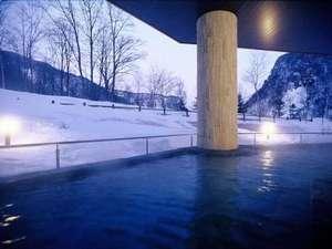 冬の天華の湯の露天風呂です。雪の降り初めと溶け初めには、エゾシカが遊びに来ることも・・・