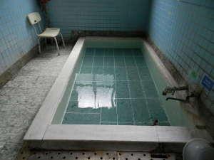 内湯平成25年9月に浴槽の底に秋田県十和田湖の青石に張り替えました