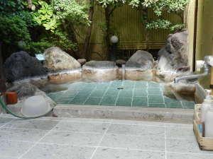 露天風呂、平成25年9月に洗い場と浴槽内に秋田十和田湖産青石を貼りました柔ら触りです、