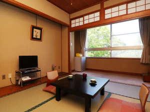 ■【客室一例・新館6畳】広縁があり6畳でも広々。バストイレ付のお部屋です。