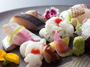 鱧の湯引き(落とし)は柔らかな身と皮の食感が絶妙≪旬魚のお造り&鱧と蛸の湯引き料理イメージ≫